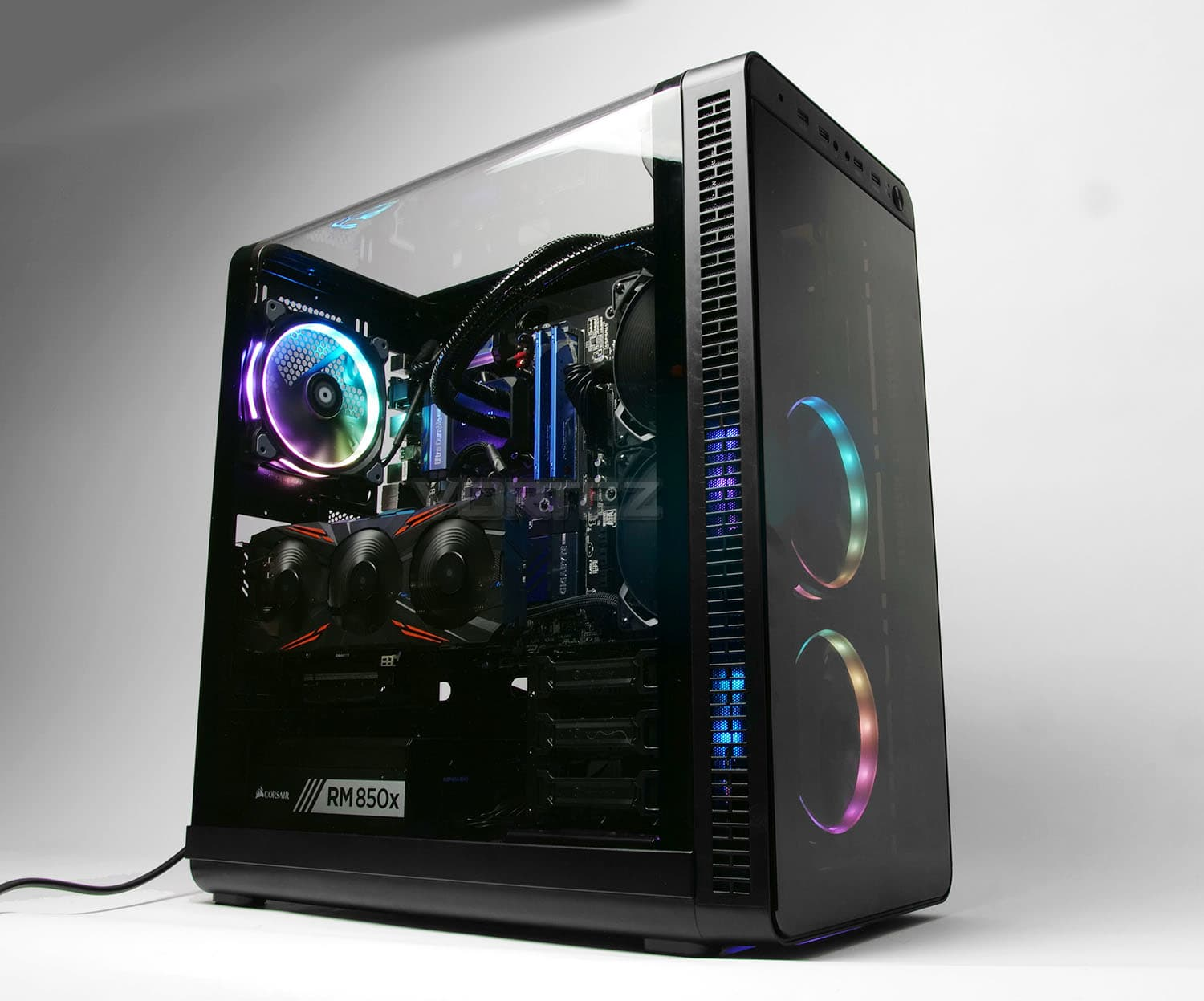 Unique curved acrylic side panel in the Tt View 37 case.